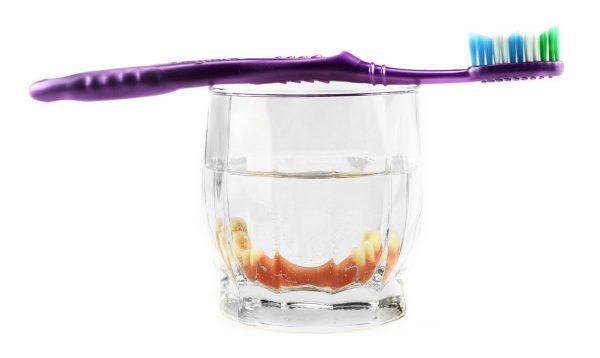 Dentaduras removibles en fluido antiséptico.